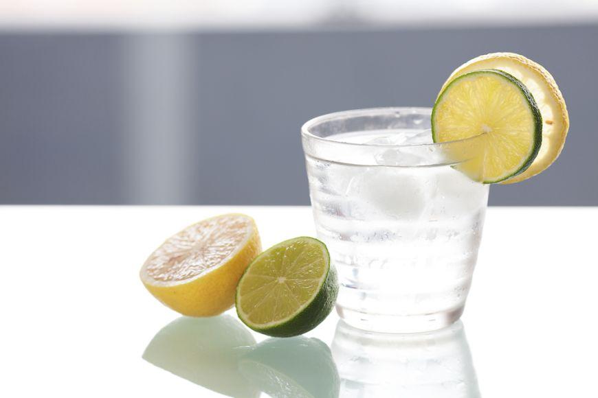 E prima recomandare în diete, dar care sunt cu adevărat avantajele si dezavantajele apei plate cu lămaie?
