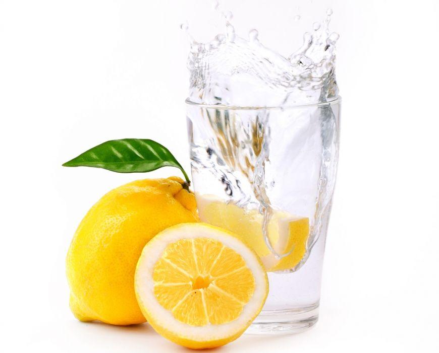 De ce nutriționiștii sunt de părere că e ideal să îți începi ziua cu un pahar de apă plată cu lămâie