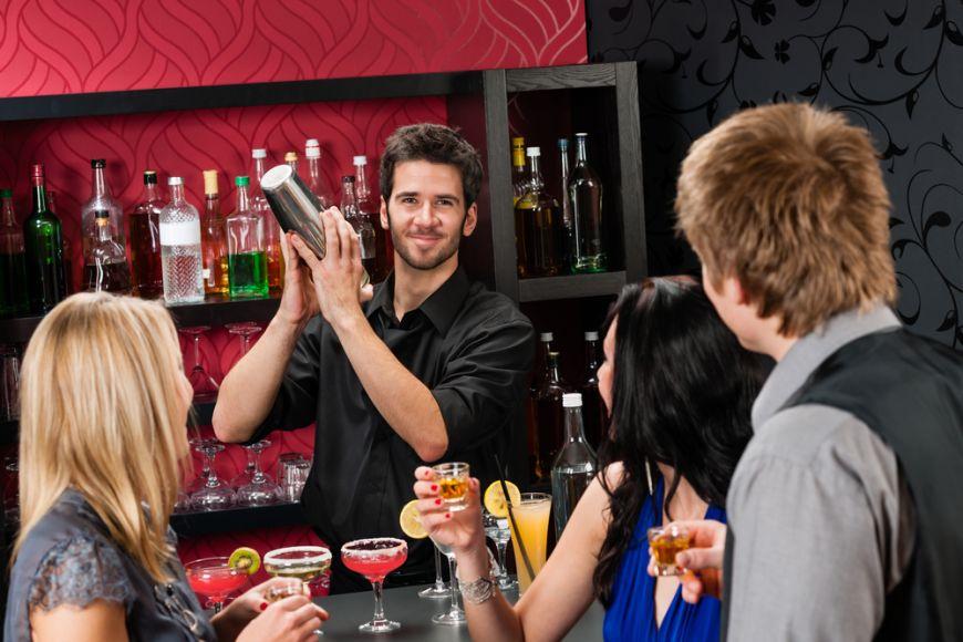 Cum sa folosesti limbajul corporal ca sa fii servit mai repede la bar