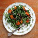 Salata de rucola cu dovleac copt si nuci caramelizate