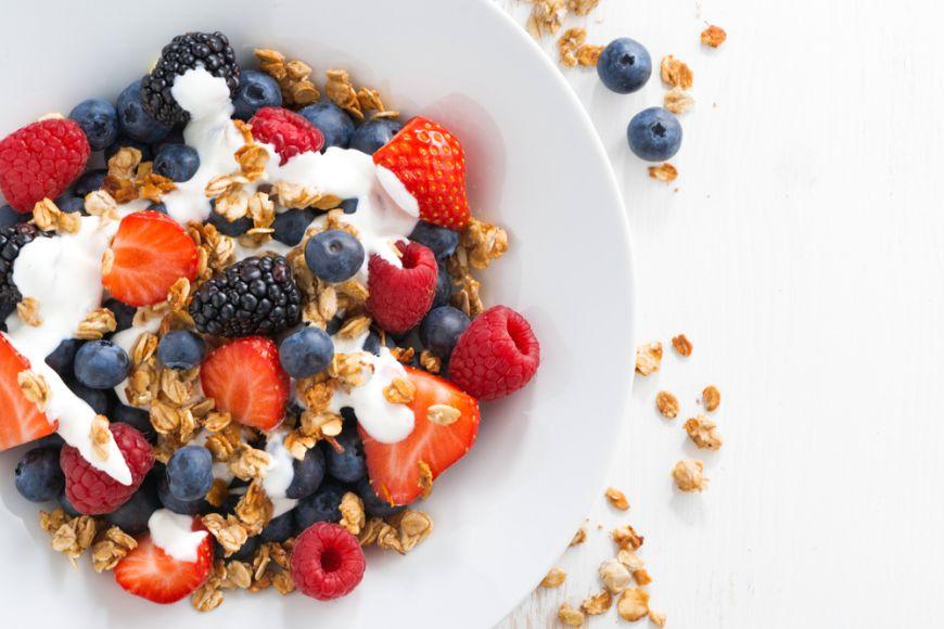 5 idei de topping cu putine calorii pentru iaurtul de la micul dejun