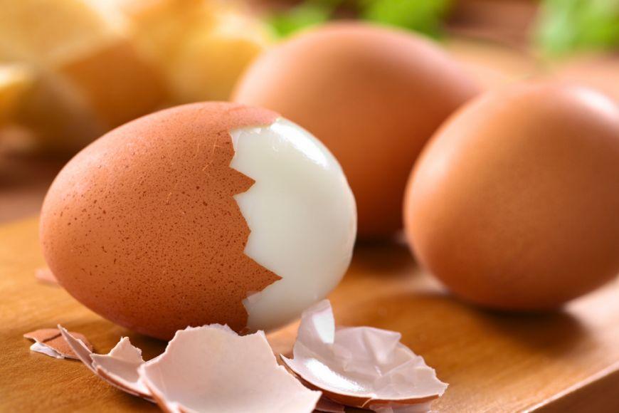Cum sa cojesti un ou fiert in cateva secunde. Iata care este cea mai simpla metoda