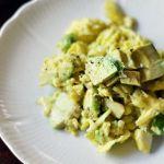 Scrambled eggs cu avocado