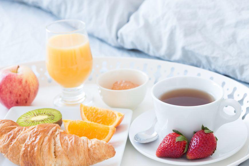 Mic dejun servit la pat. 5 idei delicioase pentru un rasfat de zile mari