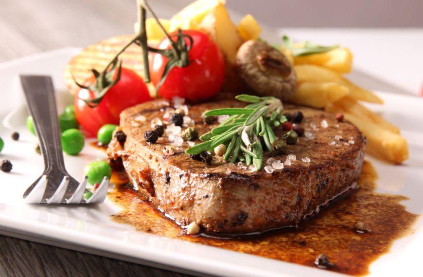 Cum să gătești o friptură excelentă la tigaie? 3 trucuri foarte utile de la Chefi renumiți