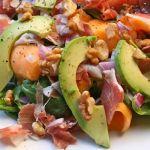 Salata de spanac cu prosciutto, pepene galben si alune
