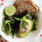 Salata cu sardine servita in avocado