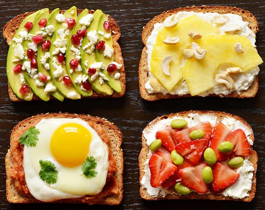 Mic dejun energizant pe o felie de paine. 10 idei de incercat