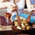 Salata de cartofi noi cu rosii uscate si masline