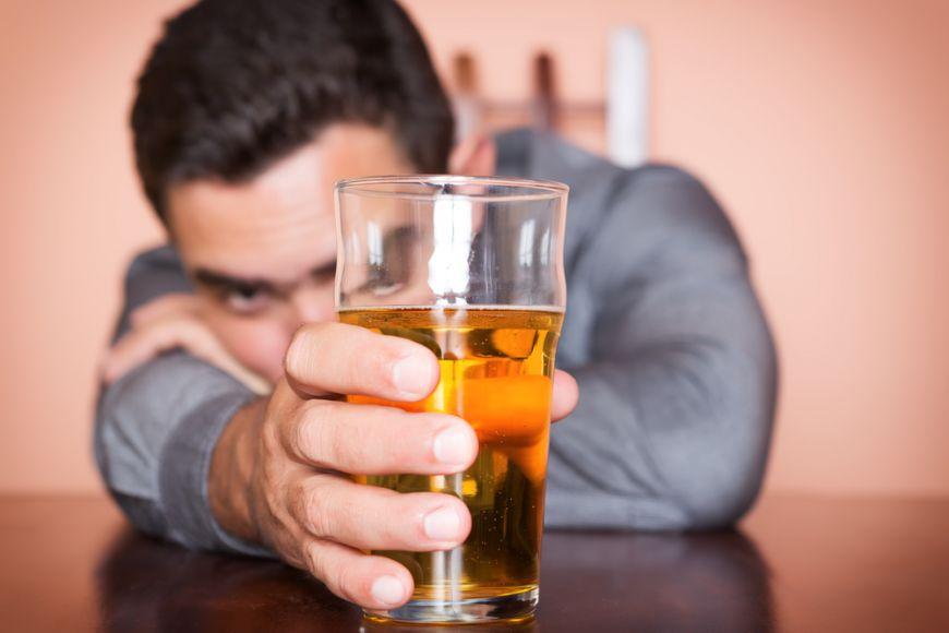 Cum îți afectează alcoolul somnul și ce alimente sunt inamicii unui somn odihnitor?