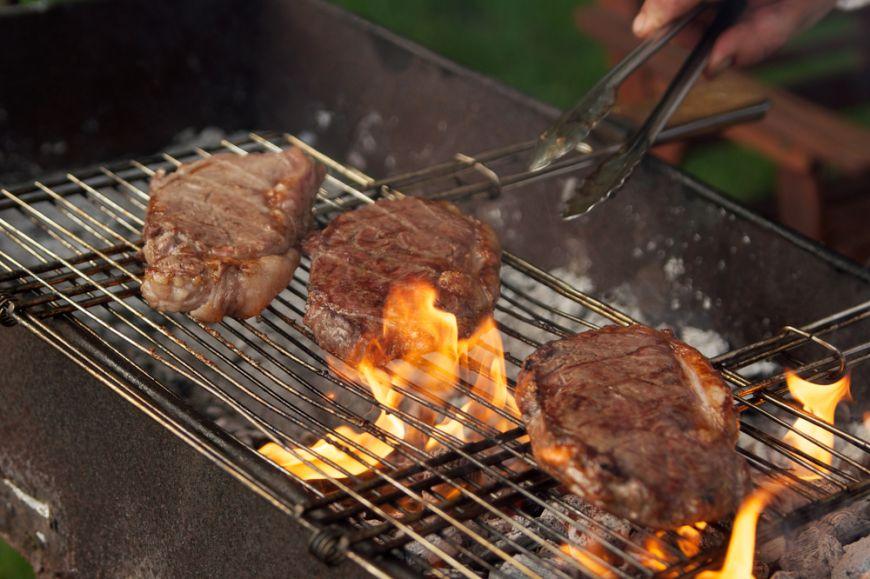 Începe sezonul grătarelor! Ce greșeli să NU faci niciodată când pregătești mici sau carne la grătar