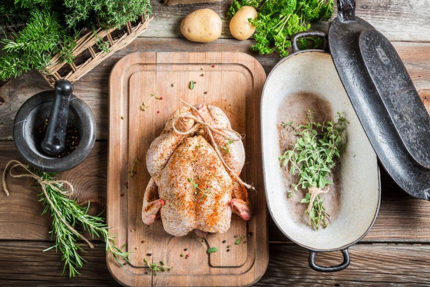 Pe lângă mici, faci și friptură de pui la grătar? Acestea sunt cele mai bune condimente pentru carnea de pui pregătită astfel