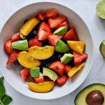 Salata de avocado cu capsuni, afine si lime