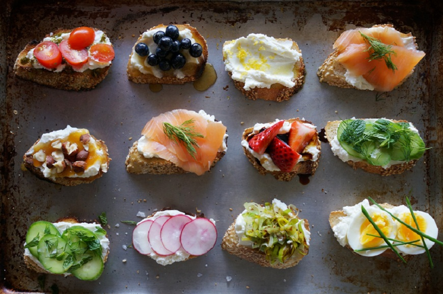 Crostini cu ricotta: cel mai bun aperitiv pentru vara. 12 idei delicioase