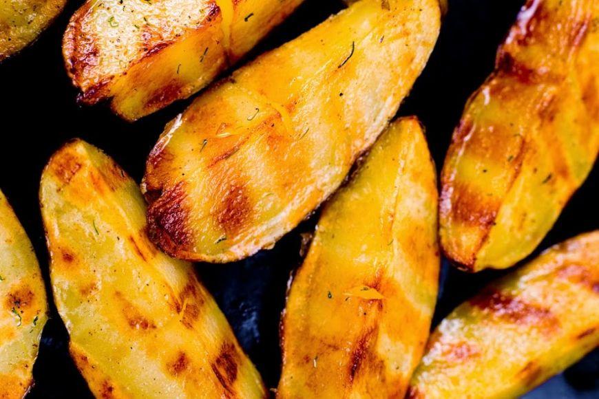 Pregătești și cartofi copți când ieși la grătar, pe lângă mici și friptură? Îți arătăm metoda prin care îți ies perfect