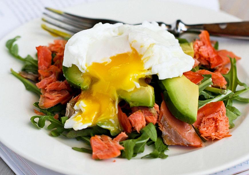 Micul dejun pe care trebuie sa-l incerci: oua posate pe pat de rucola, somon afumat si avocado