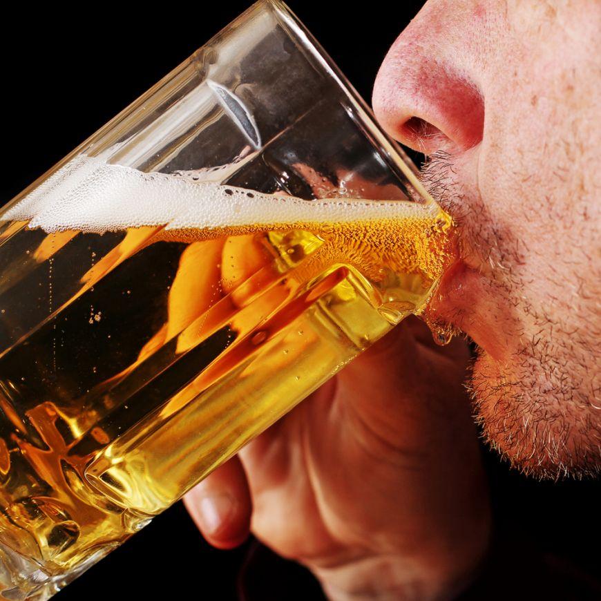 De ce barbatii nu se pot limita la o singura bere niciodata. Ce se ascunde in spatele acestui comportament