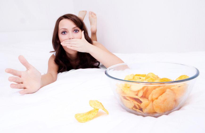Ce se intampla daca mananci in pat? La ce pericole te supui
