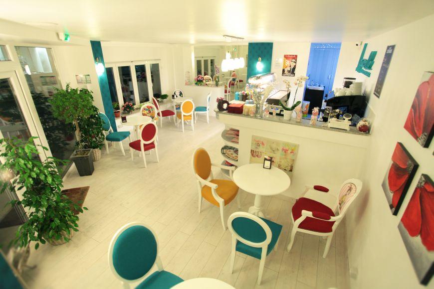 O romanca si-a deschis o cofetarie de lux in Nisa, unde gateste cupcakes si serveste ceaiuri rare. Francezii au premiat-o pentru ideea de afacere