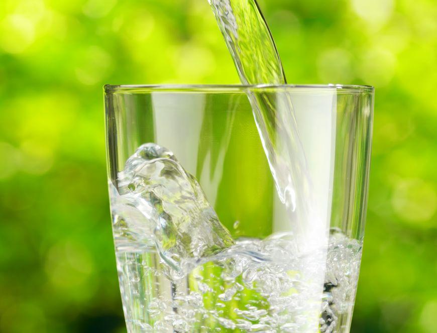 Terapia prin apa. Beneficiile imense ale consumului de apa imediat dupa trezire