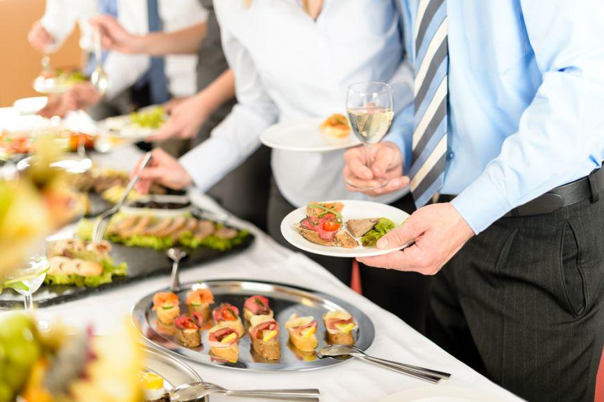 Bune maniere la masa. Reguli de eticheta atunci cand esti la un bufet suedez