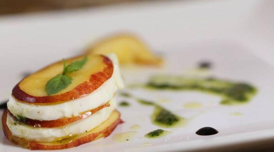Reteta MasterChef: Starter cu mozzarella, nectarine si sos pesto