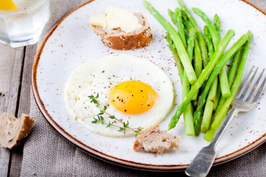 10 idei de mic dejun de weekend cu oua ochiuri