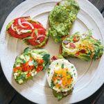 Toast cu avocado: 4 idei pentru un micul dejun delicios