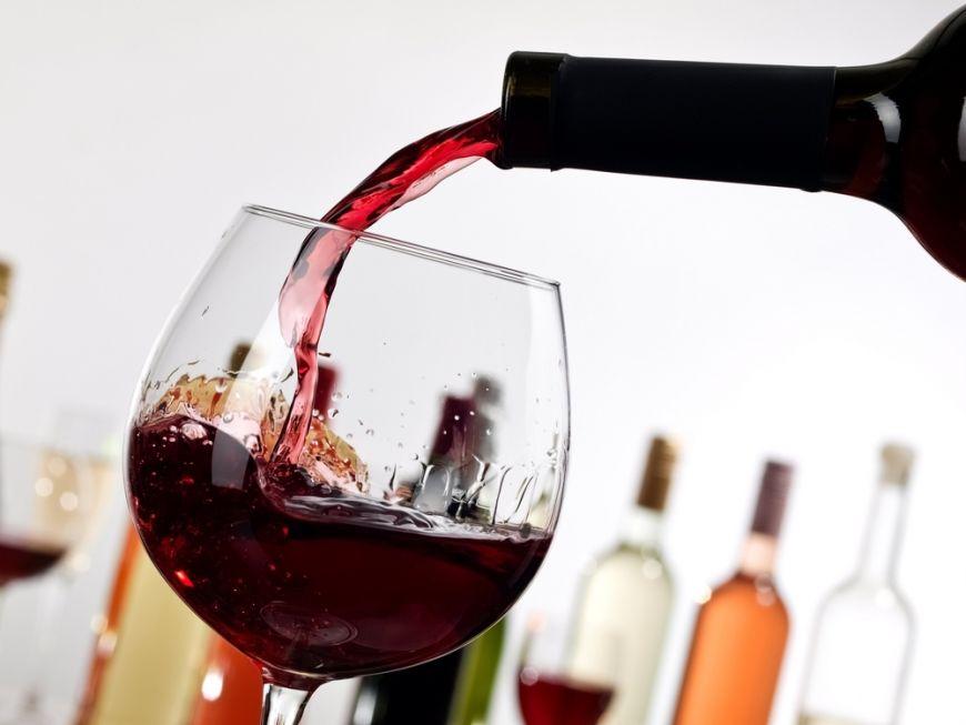 Bei vin rosu? Ce sa faci ca sa nu-ti patezi dintii