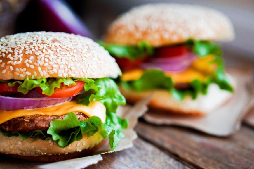 Istoria burgerului. Cum a ajuns cel mai popular preparat din meniurile restaurantelor din intreaga lume