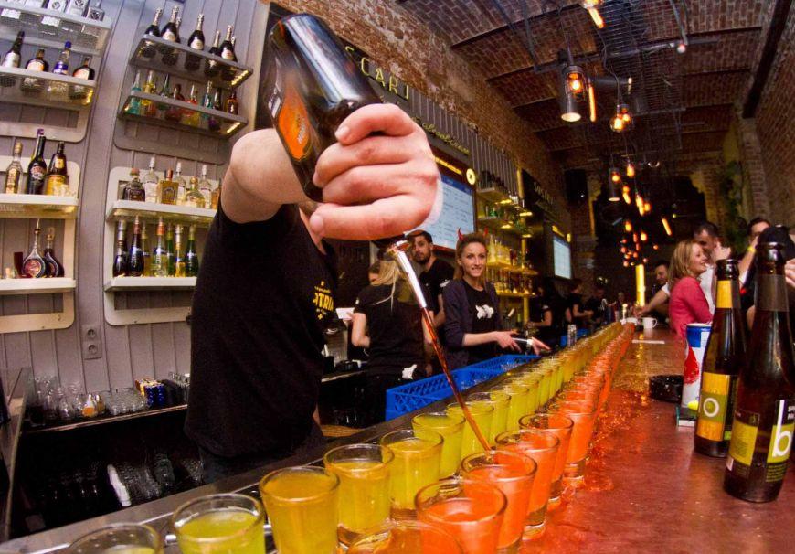 Barul din Bucuresti care serveste doar shot-uri: seara pe baza de alcool, dimineata cu efecte anti-mahmureala