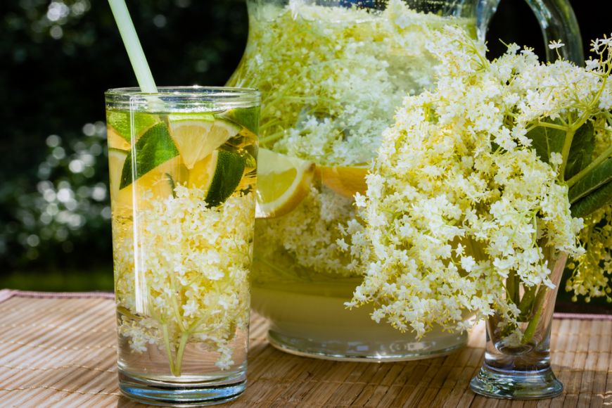 Transforma florile de soc in preparate de sezon: socata si flori de soc in aluat