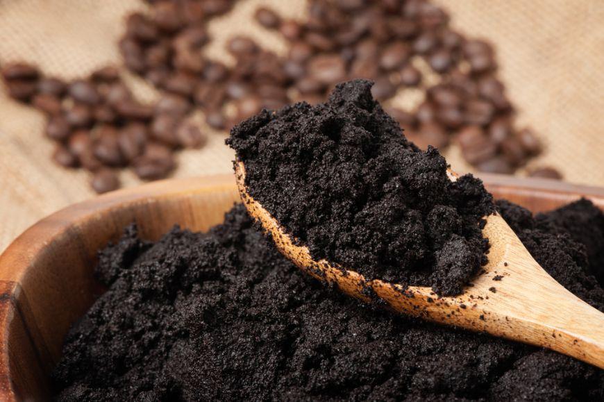 Nu arunca zatul de cafea. 5 feluri in care iti este util