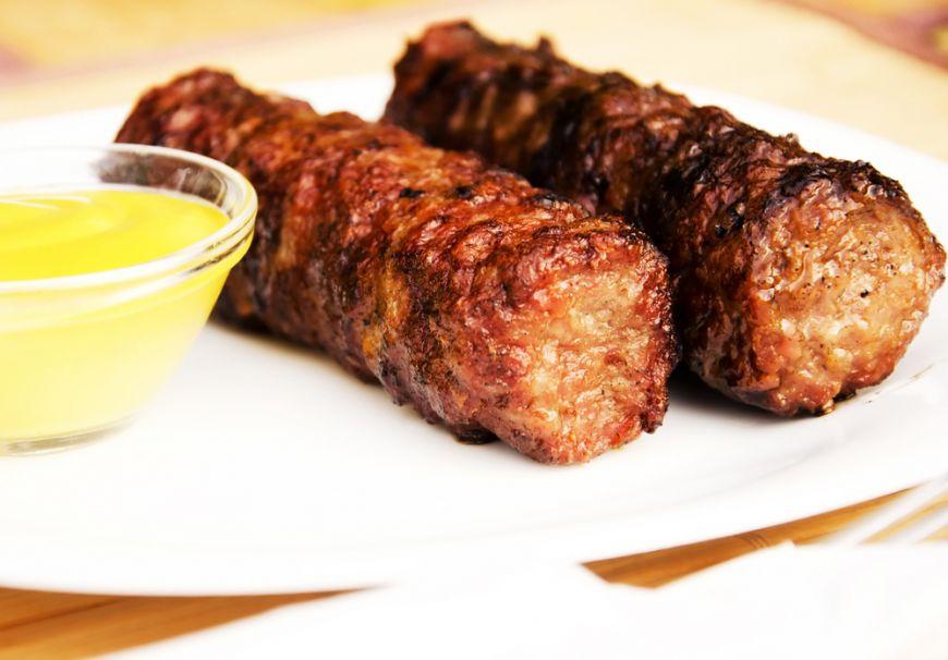 Ce mananca romanii, ep. 4: Micii cu paine si mustar, varianta romaneasca a burgerilor americani. Care e portia recomandata