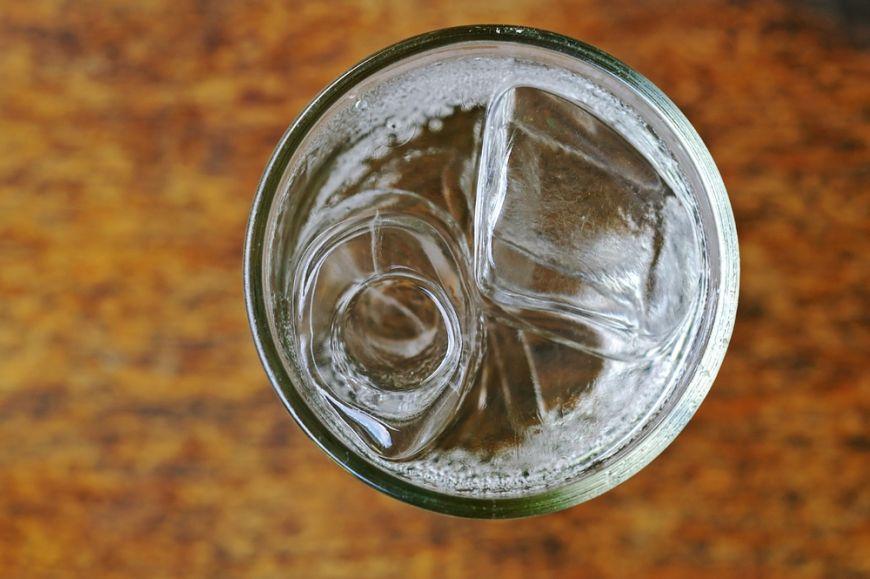 Chiar e interzis să bei apă în timpul mesei? Dacă e mit sau realitate, îți spune un nutriționist