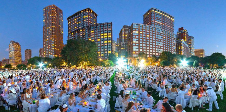 Cina in alb, evenimentul cu 35.000 de oameni pe lista de asteptare. Locul fabulos din New York in care s-a tinut
