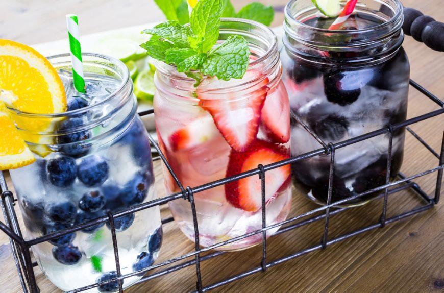 Nu poți să bei doi litri de apă recomandați pe zi? Iată cinci băuturi ușor de preparat cu care să te hidratezi pe timp de vară