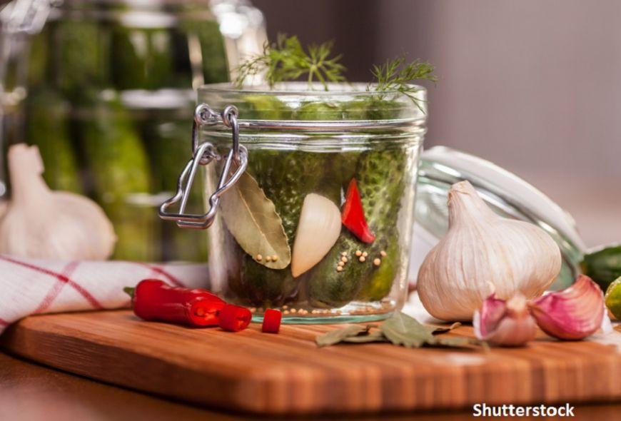 Camara de toamna: cum sa faci castraveti murati in saramura cu 12 condimente ca in satul Viscri
