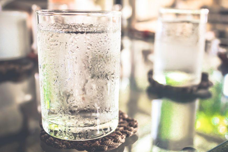 Cat de sanatos este sa bei doi litri de apa pe zi. Oamenii de stiinta dau verdictul