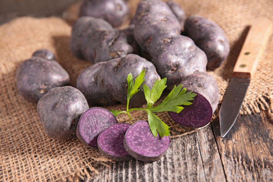 Cartofii mov, de 10 ori mai bogati in antioxidanti decat cei galbeni sau rosii. Cum ii poti gati