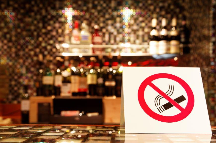 Legea care interzice fumatul in baruri si restaurante a fost adoptata