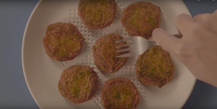 S-a inventat farfuria care absoarbe grasimi din mancare. Cum functioneaza. VIDEO