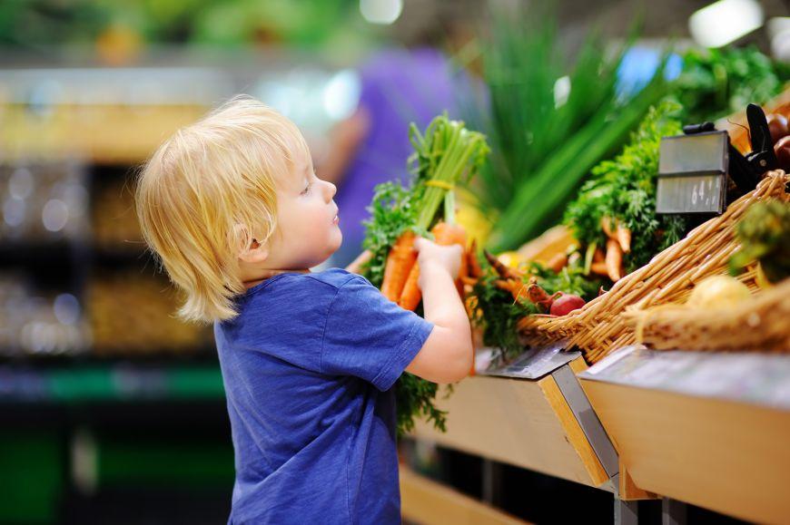Cum îi asiguri unui copil dieta potrivită pentru a-l sprijini să mănânce sănătos?