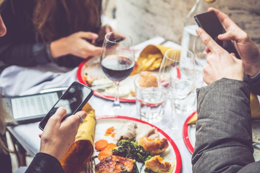 Cina cu prietenii. 3 trucuri pentru a-i determina sa renunte la telefon in timpul mesei