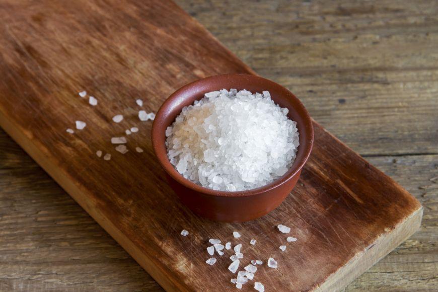 Îți arătăm cinci lucruri pe care le poți curăța cu sare