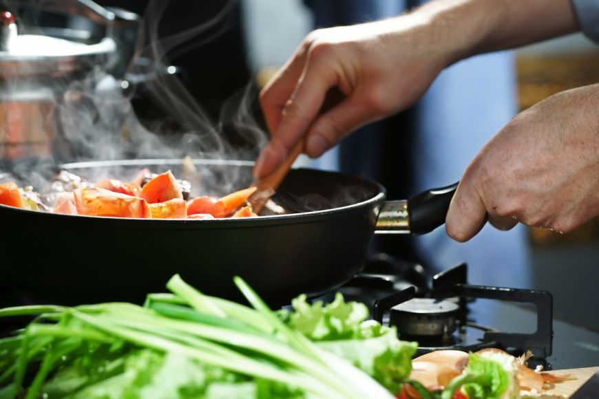 Îți spunem secretele prin care poți să dai gust mâncărurilor tale fără să pui mai multă sare