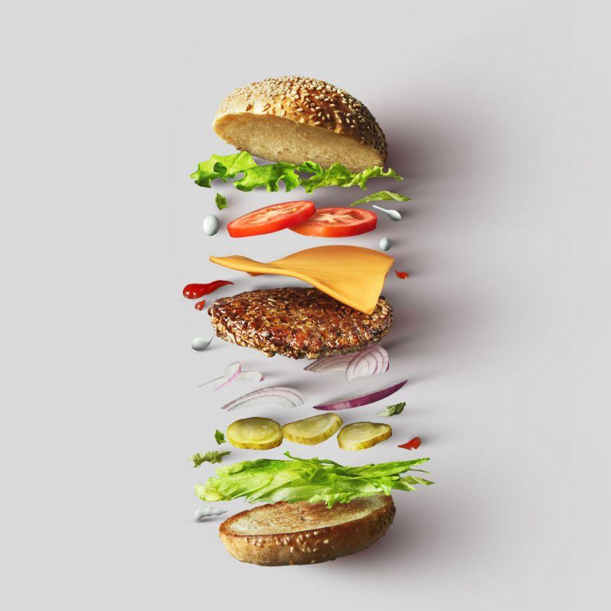 Unul dintre cei mai cunoscuți critici alimentari îți spune regulile de aur pentru un burger perfect, pregătit la tine acasă