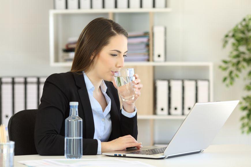 Sapte trucuri sa bei mai multa apa la birou