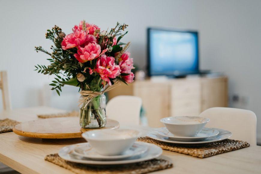 (P) Bucătăria scandinavă: scaune dinig, set farfurii minimaliste și pahare de șampanie