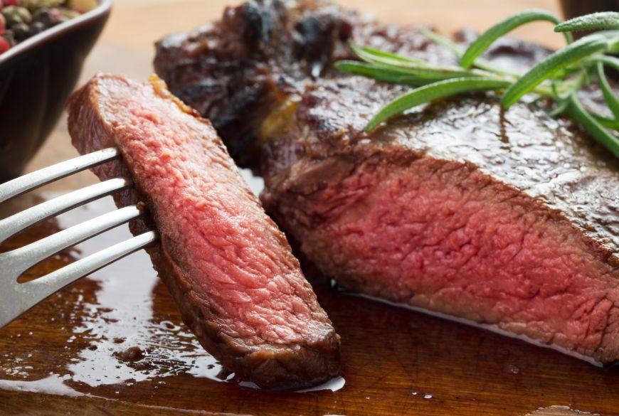 Ce risca oamenii care mananca prea multa carne rosie. Rezultatele unui studiu britanic